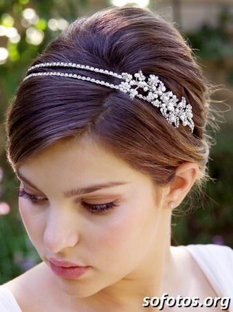 Noiva de cabelo preso com tiara