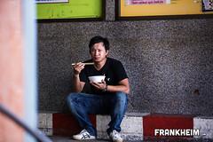 113 Lunchtime (Frank Heim) Tags: city man men lunch thailand soup essen asia asien sitting bangkok strasse bowl thai stadt sit mann suppe schssel mittagessen strassenrand mensch sticke stbchen schale sitzen mnnlich nudelsuppe nudelsoup