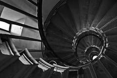 Dark stairs (michael_hamburg69) Tags: uk greatbritain london monument stairs spiral stair unitedkingdom stairway treppe escalera staircase swirl column christopherwren doric denkmal sule dorisch wendeltreppe flightofwindingstairs 1671 roberthooke monumenttothegreatfireoflondon escaleraespiral corkscrewstairs trombadellescale grosbritannien helicalstair vanoscala dorischesule gabbiadellescale lutjin stoneromandoriccolumn