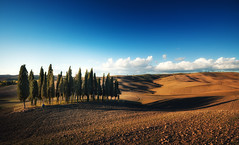 Long Shadows (Philipp Klinger Photography) Tags: italien blue autumn sunset shadow sky italy brown fall monument field silhouette landscape evening nikon san europa eu