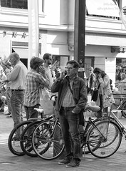 Wer telefoniert mit wem? (Gitte Herden) Tags: street people urban blackandwhite bw austria tirol sterreich exploring streetphotography documentary streetlife fujifilm tyrol innsbruck telefone bwphotography cellphones blackandwhitephotography streetphotographer monochromephotography streetpics streetfoto peoplephotography handys schwarzweis streetpic xt1 blackandwhitestreetphotography bwstreetphotography streetfotografie streetphotographybw mobilphones peopleandlife strasenfotografie monochromeworld strasenfoto streettogs streetpicsmonochrome streethunters hqspurbanstreetphotos hqspmonochrome hqspurbanandstreetphotography btpstreetpro