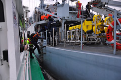 Pilot change (larry_antwerp) Tags: marine belgium navy schelde pilot antwerpen minesweeper bellis loods zeeaster zeemacht mijnenveger m916