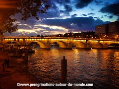 Pont d'accs  l'le de la cit (peregrinationsautourdumonde) Tags: bridge sunset paris france night europa europe ledefrance pont francia nuit couchdesoleil iledelacit franceparisiledelacitpontbridge sunsetnuitnight