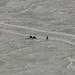 Dois aventureiros, cruzando o lago a pe
