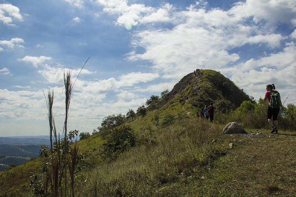 Trilha Morro do Sabóo - trilha com pessoas