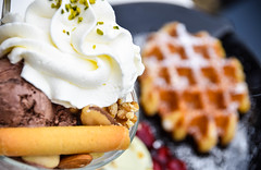 Cold ice cream and hot waffle (Maria Eklind) Tags: cold flower berlin ice nature germany garden de dessert europe outdoor icecream tyskland waffle gardensoftheworld hett hotcold gärtenderwelt macromondays
