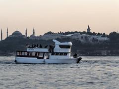 Fiesta en el Bsforo, Estambul, Turqua (Edgardo W. Olivera) Tags: party ro turkey river lumix boat europa europe barco fiesta istanbul panasonic topkapi estambul turqua uskudar santasofa bsforo gh3 microfourthirds microcuatrotercios edgardoolivera kaderim5
