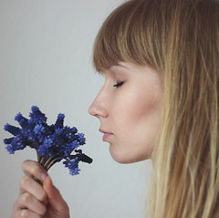 breathe (KatZZZ11) Tags: flowers blue light sunlight selfportrait girl hair eyes girly room blues smell blonde bouquet breathe novosibirsk cutegirl hairs muscari blueflower selfie 600d 443 helios443 443