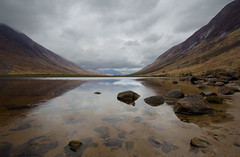 Loch Etive (dtepas) Tags: sky mountains reflection nature water berg rock clouds canon landscape eos scotland day cloudy wolken loch dag bewolkt landschap glenetive schotland stenen spiegeling heuvels lochetive groothoek flickrhivemindgroup