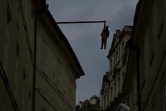 Praag  -  Vanuit Star Mesto naar de Josefov-wijk kom je deze wanhopige hangende man tegen. (Sjim Geugjes) Tags: man de sculptuur van kom je praag bron naar deze vanuit star tegen hangende mesto binnenstad josefovwijk wanhopige httpwwwnationalgeographicnlfotografiefotohangendemansculptuurindebinnenstadvanpraag