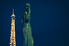 La dame de fer (Elie Maksoud) Tags: street blue light sky lebanon paris france green statue night contrast french photography nikon photographer amateur trocadero lebanese d3200 f18g