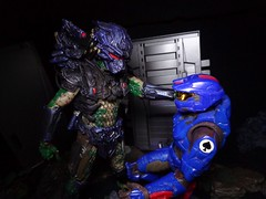 Spartan Vs. Predator (ridureyu1) Tags: toy toys actionfigure jackal halo xbox microsoft bungie spartan fps mcfarlane toyphotography joyridestudios sonycybershotsonycybershotdscw690