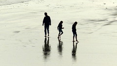 spiegelingen op het strand van vlissingen (Omroep Zeeland) Tags: strand gezin spiegelen