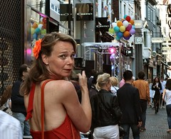 een bloem in het haar (Gerard Stolk (retour de l'Occitane)) Tags: lady denhaag haag thehague hoogstraat lahaye mediame shoppingnight