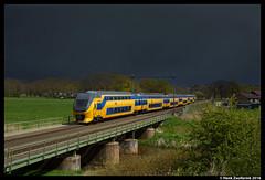 NSR 8608, Rijssen 24-04-2016 (Henk Zwoferink) Tags: ns brug henk spoorwegen nsr dubbeldekker nederlandse noodweer irm regge virm rijssen 8608 reggebrug zwoferink