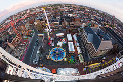 Meikermis Groningen vanuit het Diamond Wheel (Frenklin) Tags: city netherlands cityscape nederland thenetherlands uitzicht groningen markt kermis stad stadhuis grotemarkt reuzenrad hoog oostwand stadsgezicht vindicat meikermis attracties zuidwand diamondwheel stadhuisvangroningen