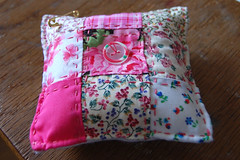 pink patchwork pincushion (HGK handmade) Tags: pink pin needlework stitch handmade embroidery felt pins stitching pincushion patchwork embroidered handstitched pincushions vilt hgk borduren dawanda speldekussen hetgroenekamertje