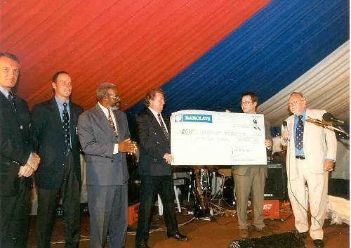 Simon King of CricInfo giving $5 million Zimbabwe dollars to Zimbabwe Cricket