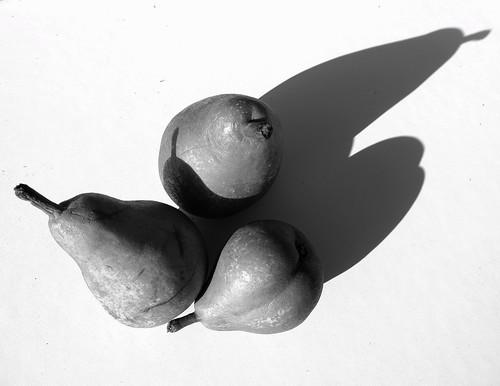 bw blancoynegro monocromo bn fruta sombras bodegon pera fruto peras blackwhitephotos mygearandme