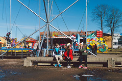 Love at the Fair (dennisdasfoto) Tags: love sweden schweden grain streetphotography teenagers teens fair sverige funfair kirmes liebe njesflt kristinehamn krlek jugendliche gatufoto tonringar gatufotografi strasenfotografie sal30m28 dt30mmf28sam bengtsnjesflt