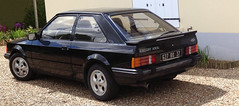 Ford Escort XR3i de 1984 627 RQ 37 - 16 mai 2013 (Rue de Charrons - Joue-les-Tours) (Padicha) Tags: auto new old bridge france water grass car station electric truck river french coach ancient automobile eau indre may police voiture ruine cher rest former 37 nouveau et loire quai franais nouvelle vieux herbe vieille ancienne ancien fleuve nationale vehicule lectrique reste gendarmerie gazon indreetloire franaise pave nouveaut vhicule utilitaire restes vgtalise letramdetours padicha