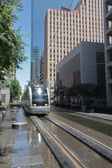 usa_54 (Franz-Rudolph) Tags: city usa water wasser downtown texas skyscrapers metro houston tram rail innen stop stadt haltestelle metropole wolkenkratzer hochhuser