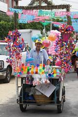 Fiesta de colores (supernova.gdl.mx) Tags: color mexico vendedor calle huevo globo triciclo serpentina seor trompeta confeti corneta rehilete