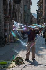 L'uomo delle bolle (gaddi_luca) Tags: street como riflessi arcobaleno gioco bolle artistidistrada iridescente controlyce