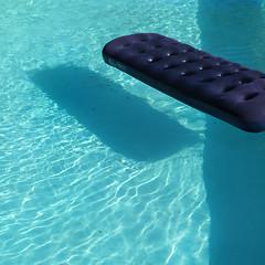 21 mei 2016, Moulins-Engilbert (F) (Gijsbert van der Wal) Tags: water pool zwembad swimmingpool airbed airmattress luchtbed lightinwater