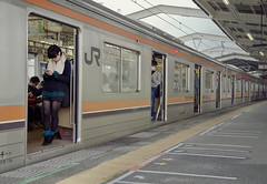 Tokyo 3984 (tokyoform) Tags: chris people urban public girl station mobile japan canon japanese tokyo asia phone metro crowd transport platform cell rail railway trains jr device line east chiba transit tquio  keitai  japo mass  rapid japon giappone apps tokio   6d jepang japn  chibaken  musashino nishifunabashi jr     jongkind tkyto    funabashishi chrisjongkind tokyoform