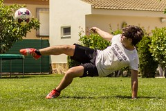 Training hard (Miquel de Santiago Fotografia) Tags: playing green grass sport training canon ball fly football jump shoot kick outdoor hard player fit