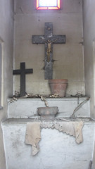Crucifix and empty flower pot (Monceau) Tags: empty mausoleum crucifix flowerpot