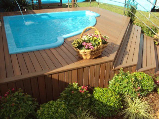 Deck para piscina de Ecomadeira. Foto: madeiradedemolicao.com