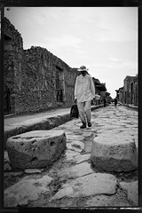 Le passager sans baggage  Pompei (Paolo Pizzimenti) Tags: italy paolo olympus chapeau e3 passager zuiko f28 bagage pompei argentique ruines doisneau 1260mm dxofilm