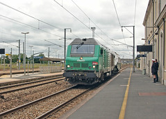 Class BB 75000 no. (4)75133 passing Mezidon with a nuclear flask train. 28 June 2013. (ricsrailpics) Tags: france normandie fret normandy freight francais sncf 2013 mezidoncanon nuclearflask