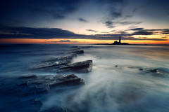 St Mary's Lighthouse (Alistair Bennett) Tags: lighthouse seascape sunrise coast rocks stmarys whitleybay tynewear polariser oldhartley canonef1740mmƒ4lusm gnd075he gnd045se