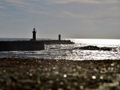 Farol da Foz do Douro (mariaminhota) Tags: travel sea lighthouse tourism praia beach portugal mar silhouete seawall porto turismo viagens oporto silhueta fozdodouro praiasdeportugal marportuguês ilustrarportugal farolimdefelgueiras faroldefelgueiras barradoporto canonpowershotsx210is dourorivermouth faroldafozdodouro lighthouseatdourorivermouth