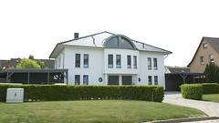 Sehr groes Wohnhaus in Stralsund (Carl-Ernst Stahnke) Tags: stralsund carport erker wohnhaus auffahrt kniepernord zweifamilienwohnhaus
