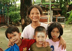 girl with smaller children (the foreign photographer - ฝรั่งถ่) Tags: girl smiling portraits canon children thailand three kiss bangkok small khlong bangkhen thanon 400d