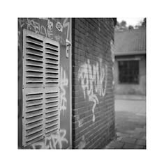 ** (ha*voc) Tags: rolleiflex35f carlzeissplanar75mmf35 film 120 mediumformat bw 6x6 square urban haarlem urbanfragments bokeh urbanabstraction