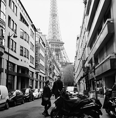 Lovers and the Eiffel Tower (Purple Field) Tags: street bw paris france 120 6x6 tlr film monochrome analog rolleiflex square alley kodak trix 400tx medium   f28  schneider kreuznach 80mm    28f   xenotar        stphotographia x