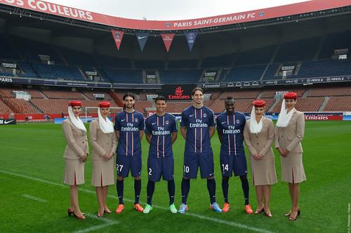 Javier Pastore, Thiago Silvar, Zlatan Ibrahimovic, Blaise Matuidi entourés des hôtesses Emirates