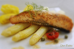 zalm-met-asperges (Don Pedro de Carrion de los Condes !) Tags: food kitchen dutch dinner cuisine yummy mood herbs salmon asparagus homecooking lente fennel vis artisanal bord heerlijk donpedro tomaat saumon foodphotography zalm asperges maaltijd venkel lacuisine kappertjes d700 rattes wittegoud zalmmoot donpedroskitchen aspergeseizoen lesrattes aspergeseten bordzalm