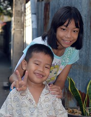cute children (the foreign photographer - ) Tags: boy cute girl sign portraits children thailand nikon peace bangkok bang bua khlong bangkhen d3200 dec262015nikon