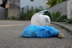 Bioabfall in Beuteln oder Mitternachtssnack fr Katzen und Marder (shortscale) Tags: knochen beutel bioabfall