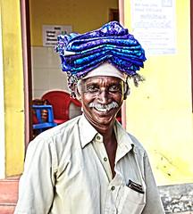 Fortune (Camilo Farah Fotgrafo) Tags: street old sunset portrait people india vendedor gente market retrato indian kerala ojos aire libre telas edad tela kovalam ambulante