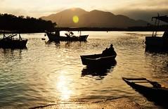 toque dourado... (Ruby Ferreira ) Tags: sunset rio river boat fisherman silhouettes sparkling montanhas pescador montains bertiogasp litoralnortepaulista