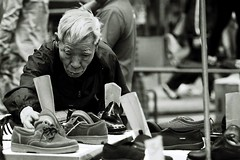 (a.pierre4840) Tags: portrait blackandwhite bw monochrome hongkong dof noiretblanc market candid streetphotography olympus depthoffield desaturated zuiko f28 135mm fujisuperia400 om4ti