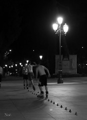 skaters (nO_VR) Tags: street bw night noche calle spain europa europe flickr streetphotography olympus andalucia skaters bn cadiz  callejera patinadores zuico olympusomd olympusomdem5markii