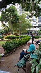 todo tempo do mundo (luyunes) Tags: parque gente passeio solido leitura velhice palciodocatete motomaxx luciayunes